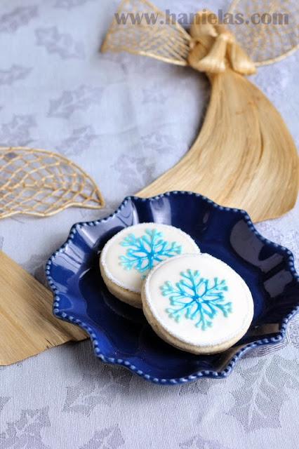 Pretty Round Snowflake Cookies, Airbrushing