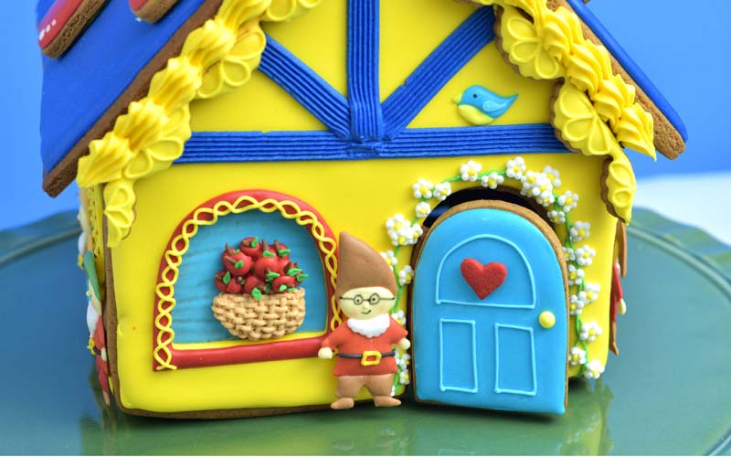 how to decorate snow white gingerbread house