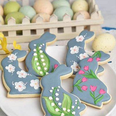 Wet on wet decorated sugar cookies on a plate.